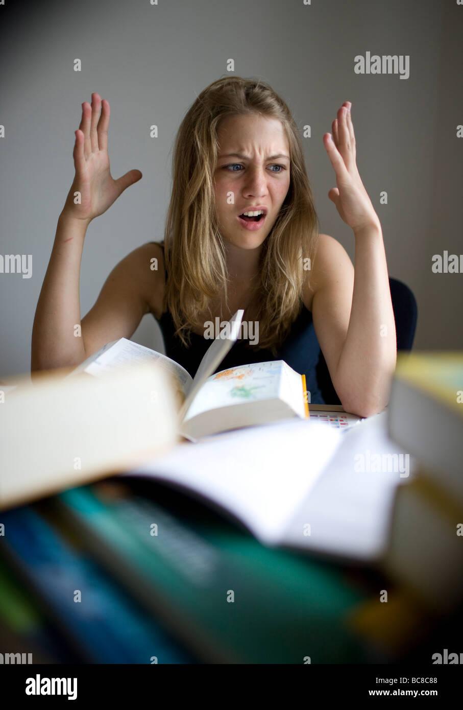 Un adolescente está haciendo sus deberes Foto de stock