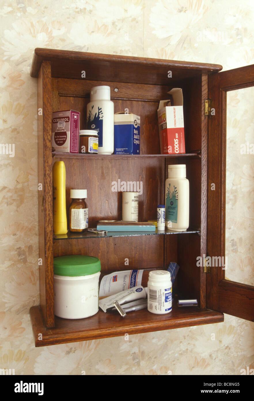 Sigue la vida de un botiquín con una selección de antiguos Potes de Crema y frascos de píldoras Imagen De Stock
