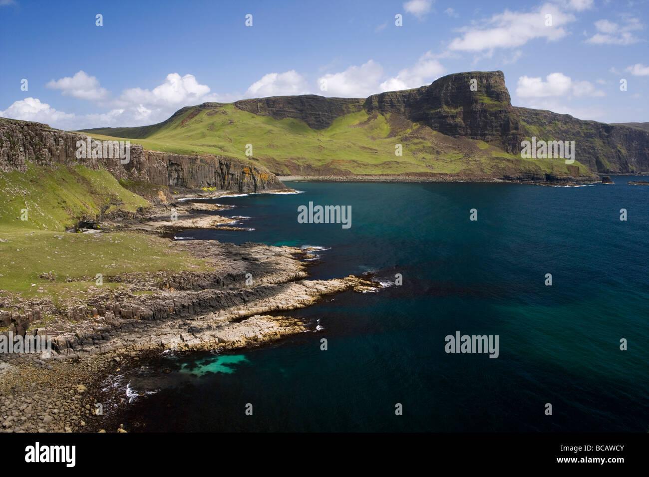 Moonen bay y Waterstein Head visto desde Neist Point en la Isla de Skye, Escocia. Foto de stock