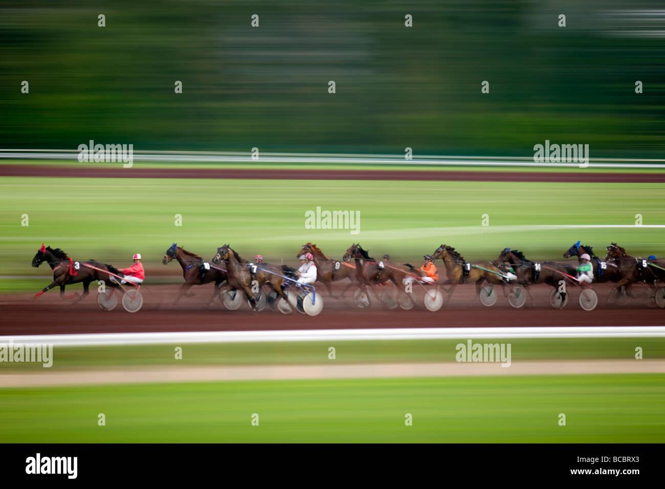 Una carrera de caballos en el hipódromo 'Bellerive', en Vichy (Francia). Curso de trote attelé Imagen De Stock