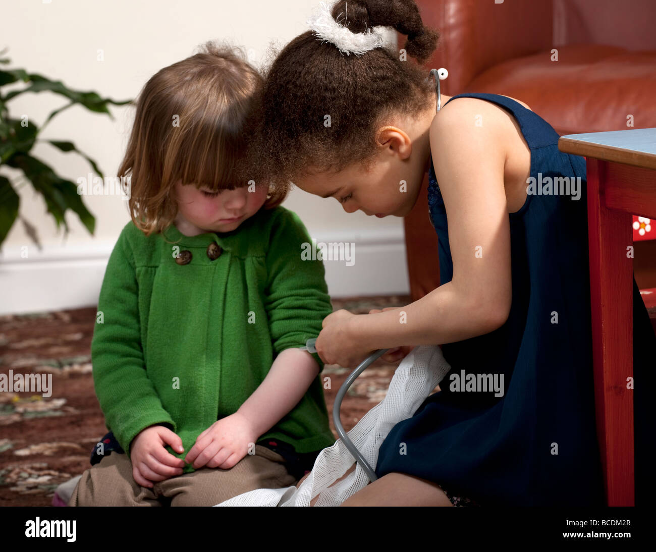 Dos niñas jugando en médico y enfermera Foto de stock