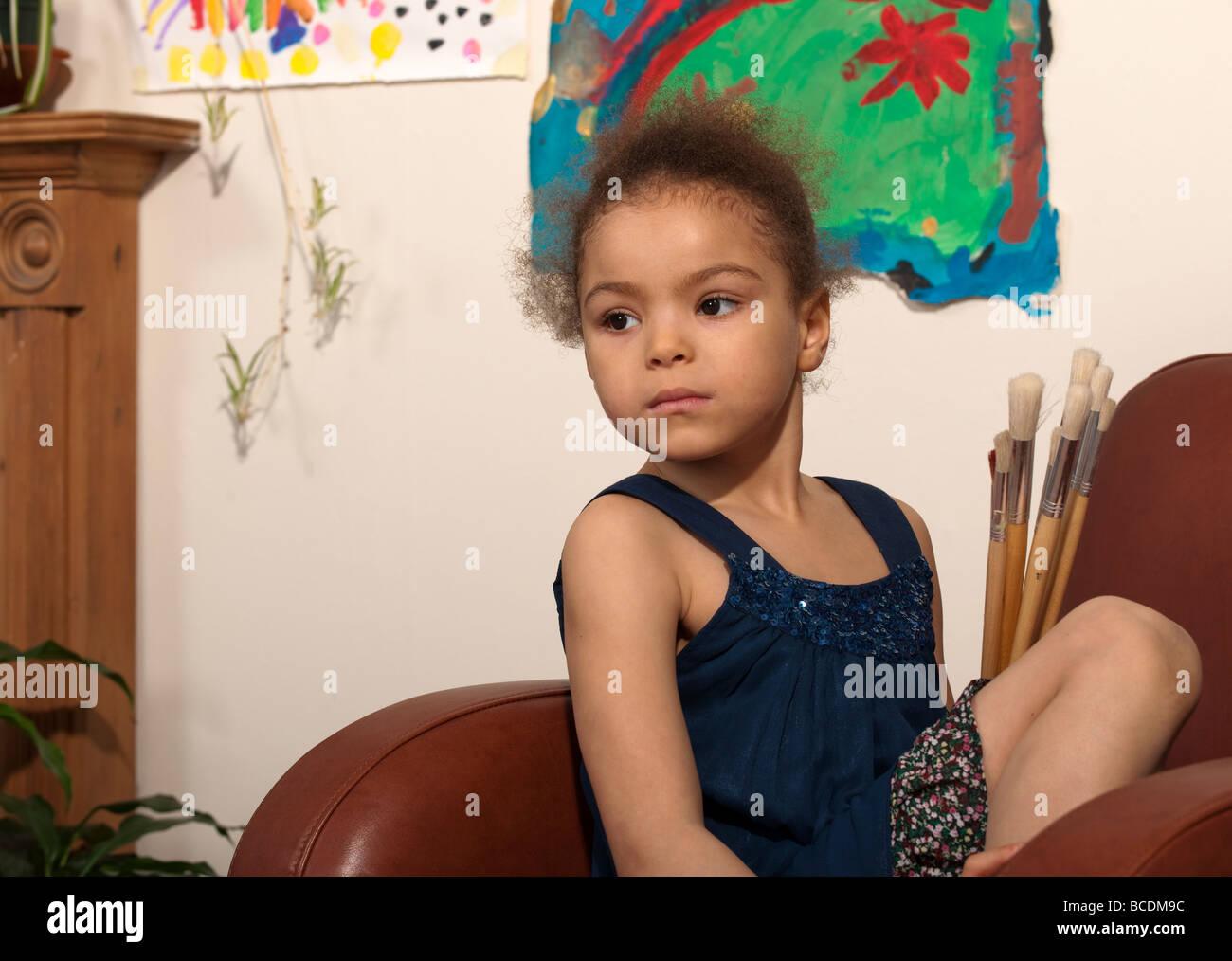 Niña con un pincel de pintar imágenes Foto de stock