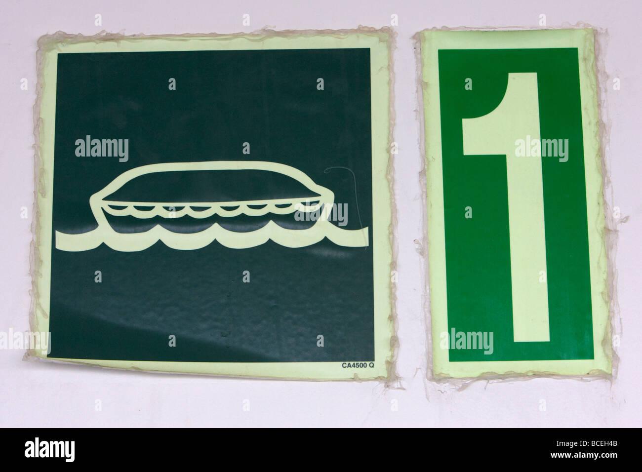 La estación de botes salvavidas luminoso signo número 1 a bordo de un transbordador de automóviles Imagen De Stock