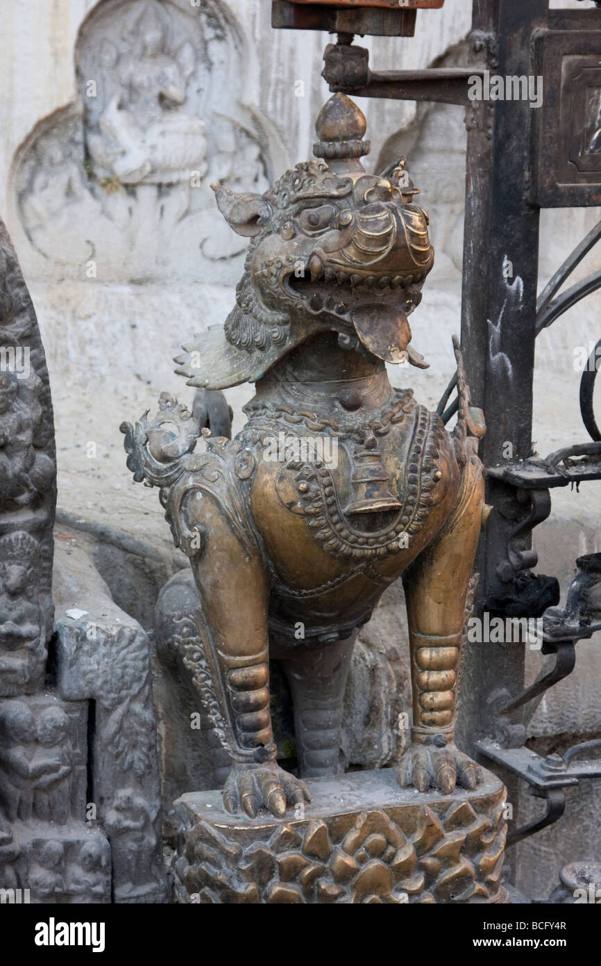 Katmandú, Nepal. Swayambhunath Templo Escultura, mítico Tiger. Imagen De Stock