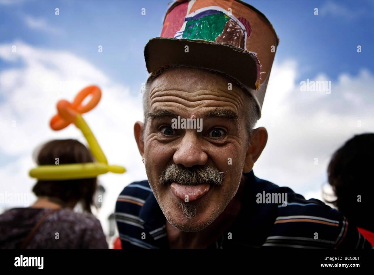 Un hombre sonriente con su lengua fuera Imagen De Stock