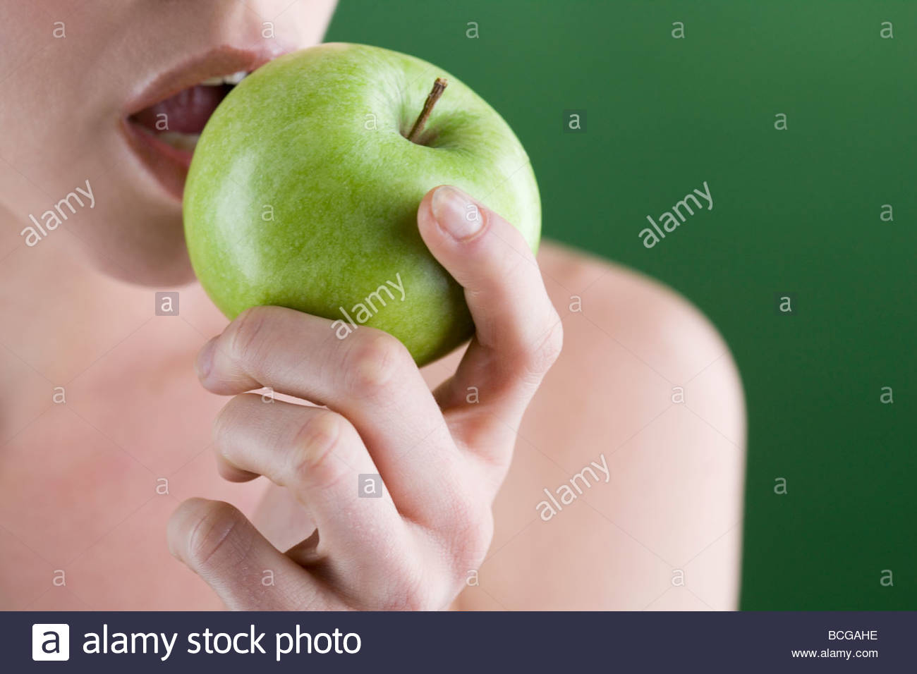 Una joven mujer comiendo una manzana, close-up Imagen De Stock