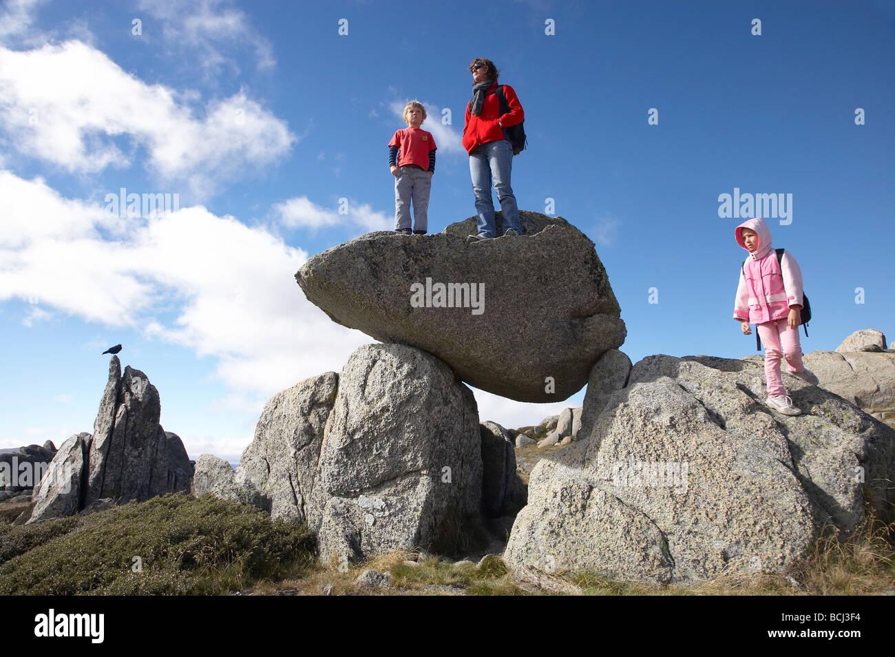 Familia y pájaro sobre afloramientos rocosos de Kosciuszko Mirador Parque Nacional Kosciuszko Nevados de Nueva Imagen De Stock