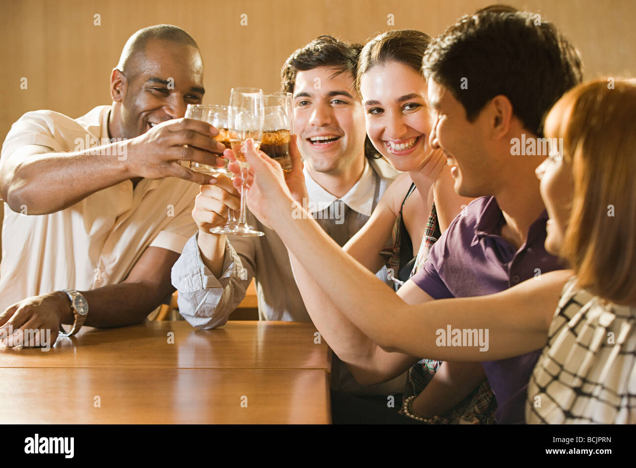 Amigos celebrando en un bar. Imagen De Stock