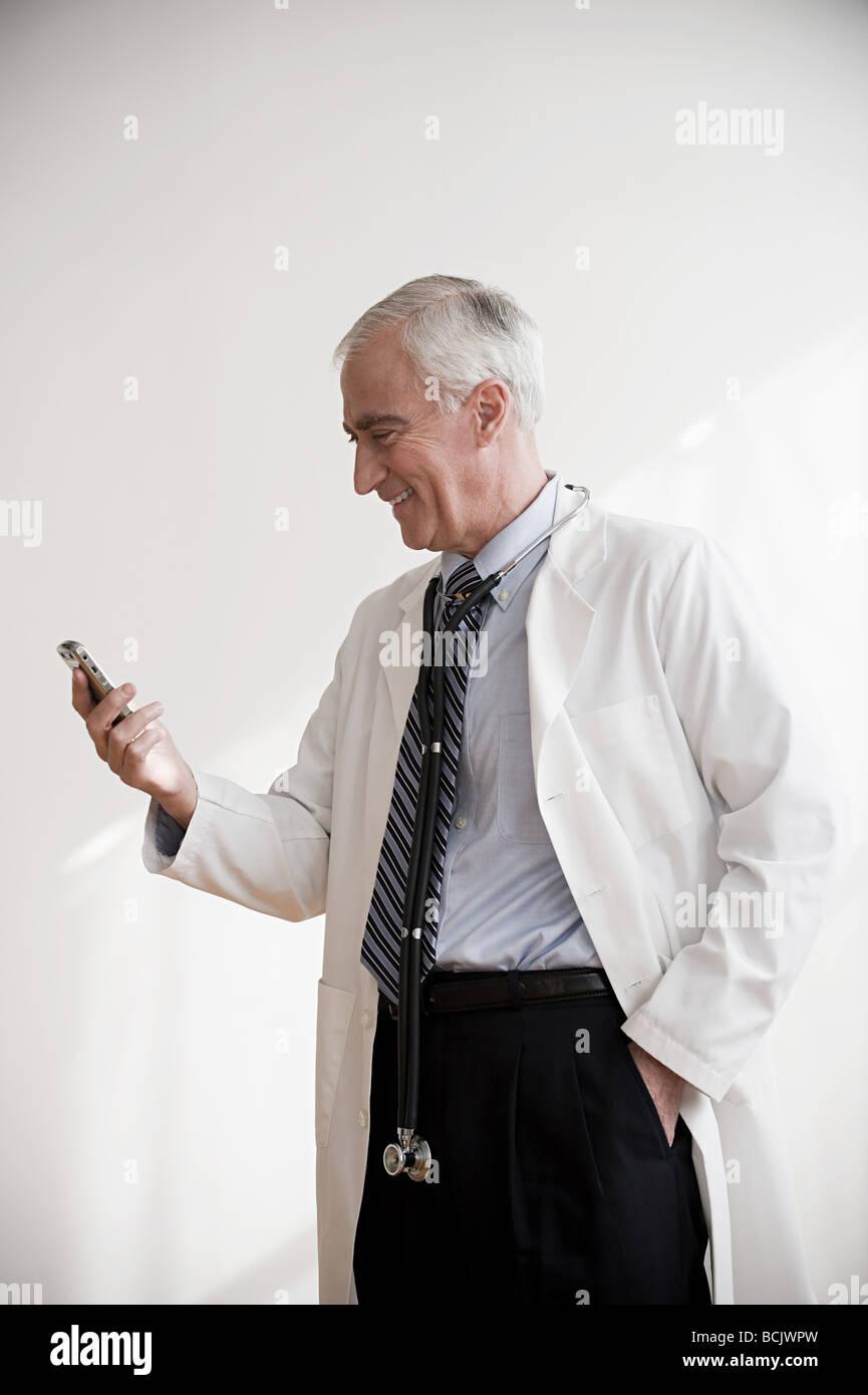Doctor con teléfono móvil Imagen De Stock