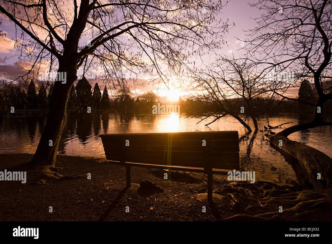 Puesta de sol sobre el lago Foto de stock