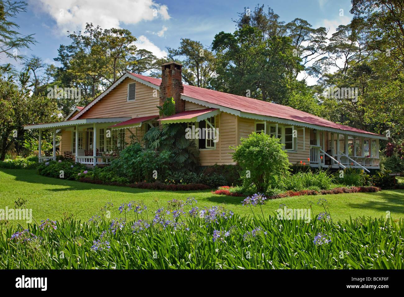 Kenya. El edificio principal de Rondo Retreat situado en unos bonitos jardines, en la selva tropical de Kakamega, Kenia occidental. Foto de stock