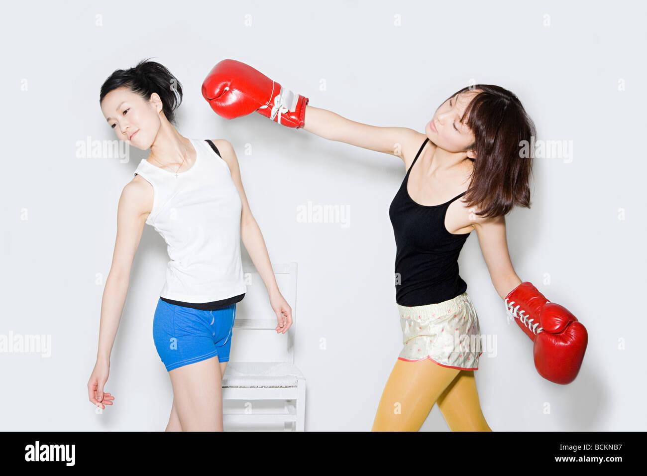 Las mujeres jóvenes boxeo Imagen De Stock