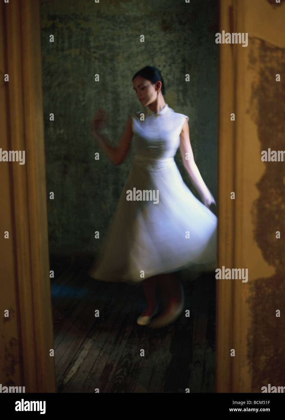 Mujer con vestido blanco bailando