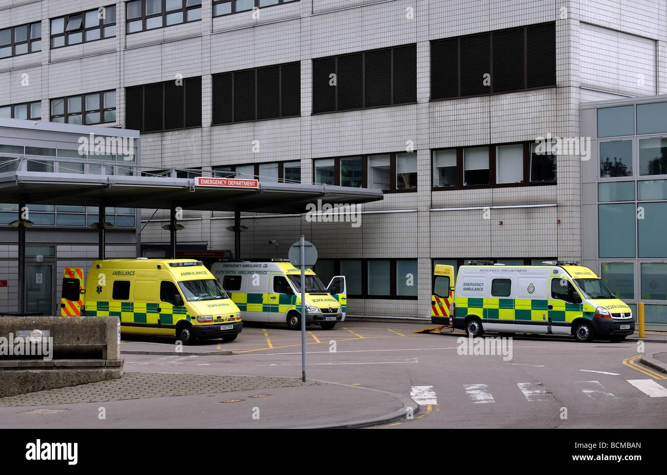 Las ambulancias en el hospital John Radcliffe, Headington, Oxford, Inglaterra, Reino Unido. Foto de stock