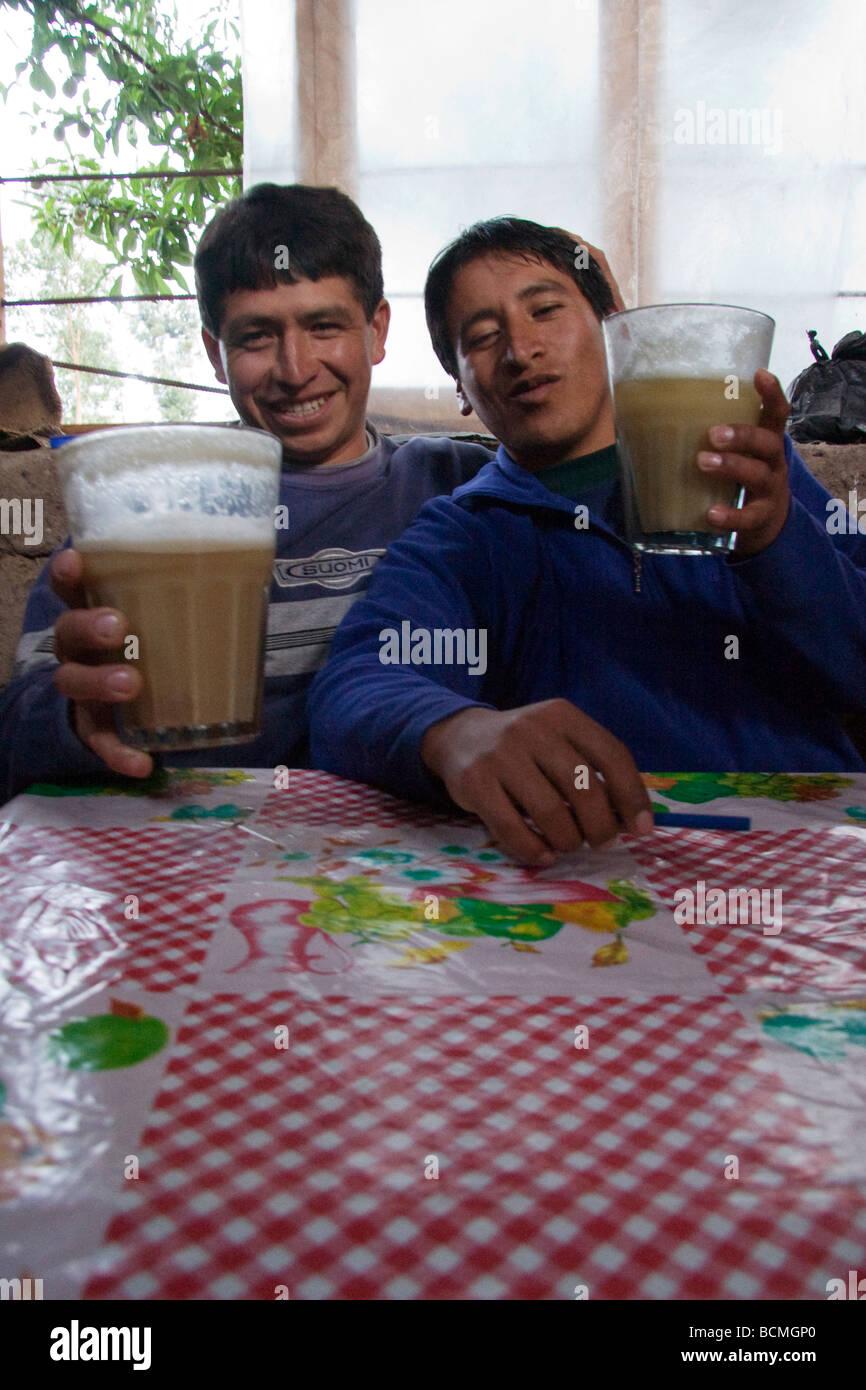 Los lugareños bebiendo chicha fermentada bebida en un chicharia Valle  Sagrado Perú Imagen De Stock 665063272aa