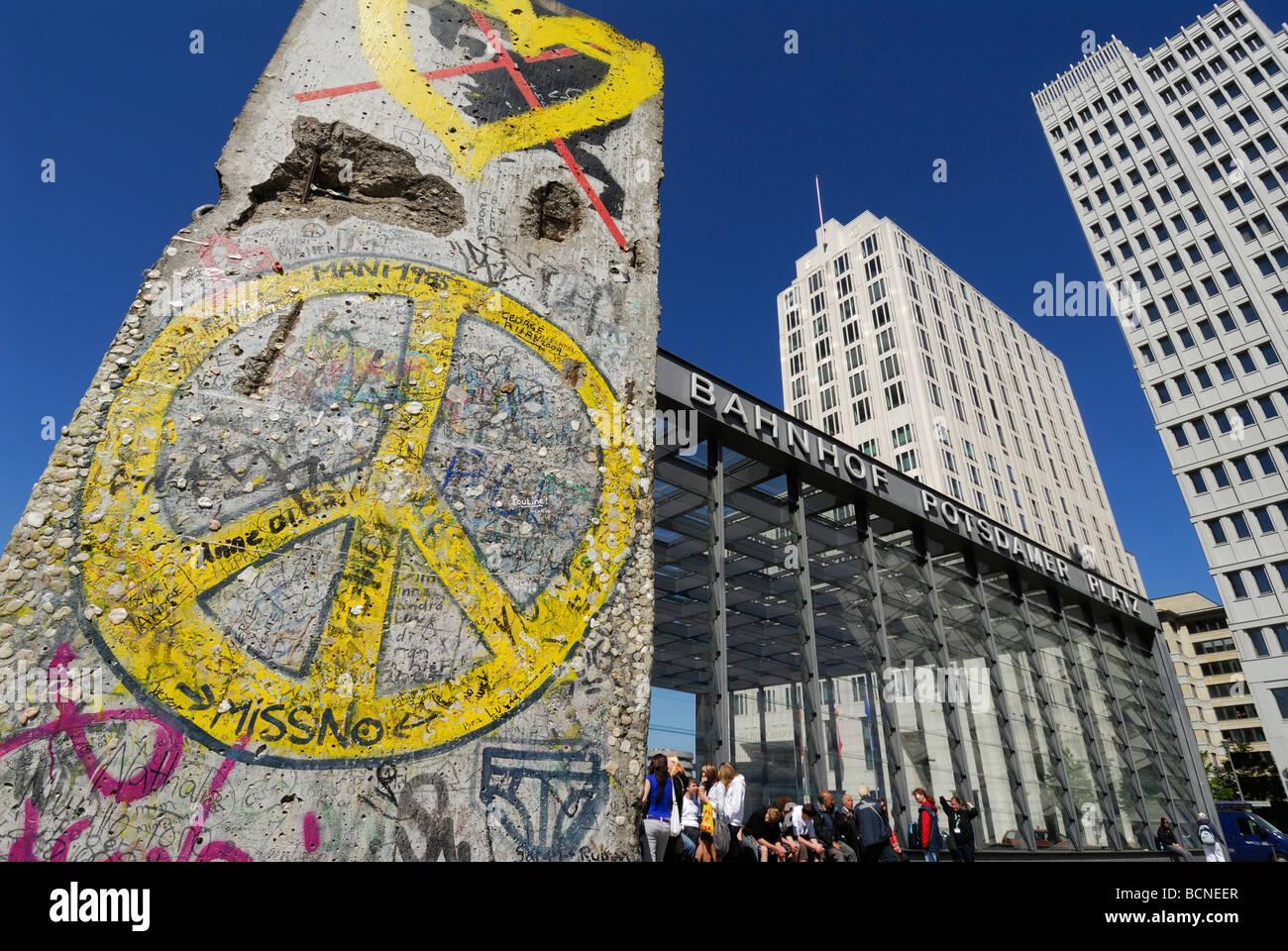 Berlín Alemania sección del muro de Berlín en la Potsdamer Platz Imagen De Stock