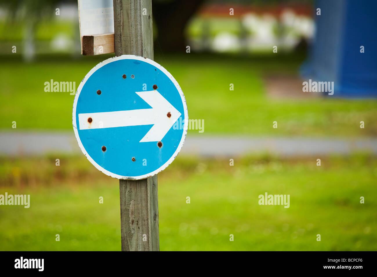 Manténgase a la derecha, Flecha azul abstracto de señalización Imagen De Stock