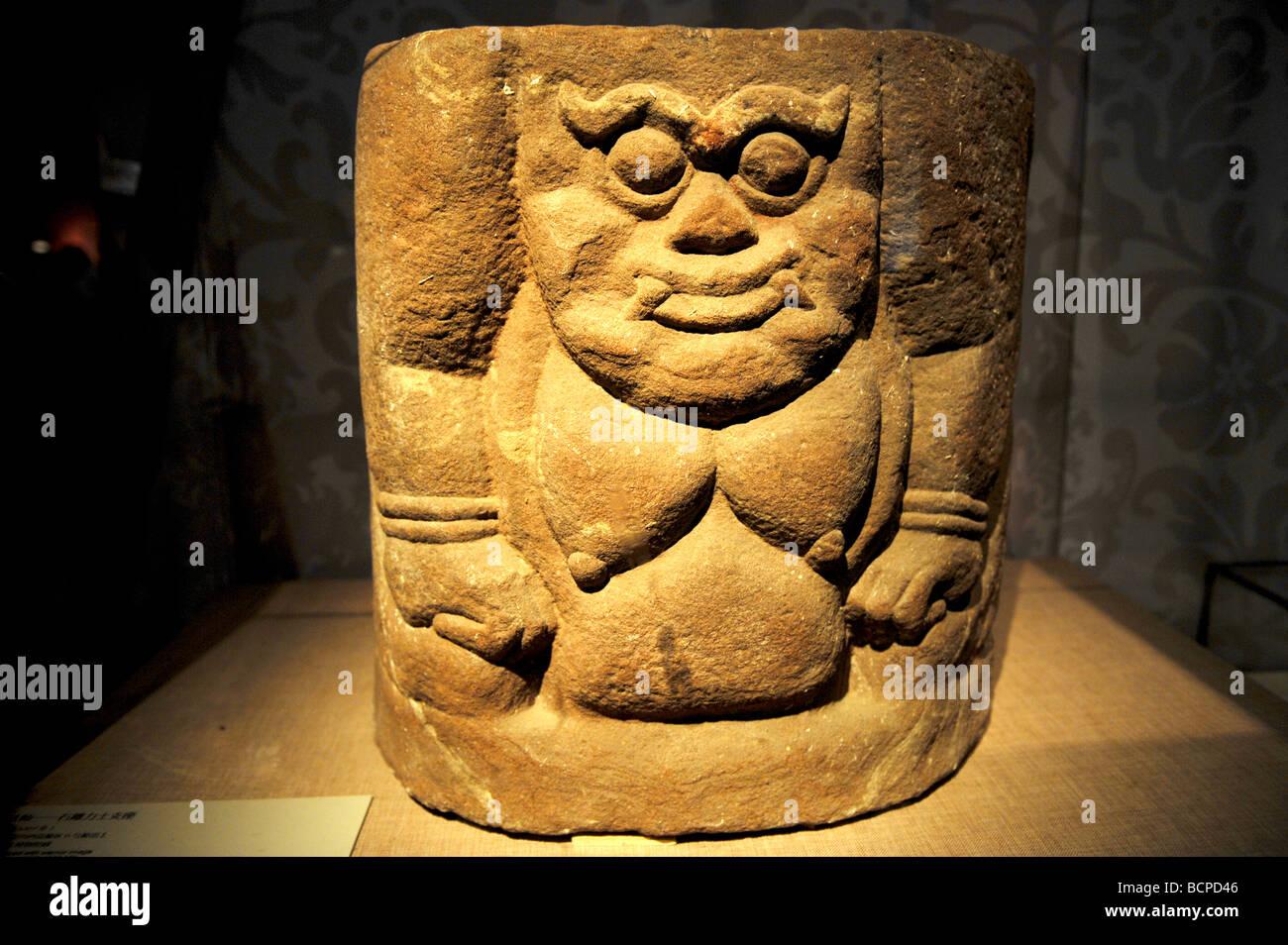 La piedra tallada lápida base con la imagen de un hombre poderoso desde el oeste de la dinastía Xia, Museo de la capital, Pekín, China Foto de stock