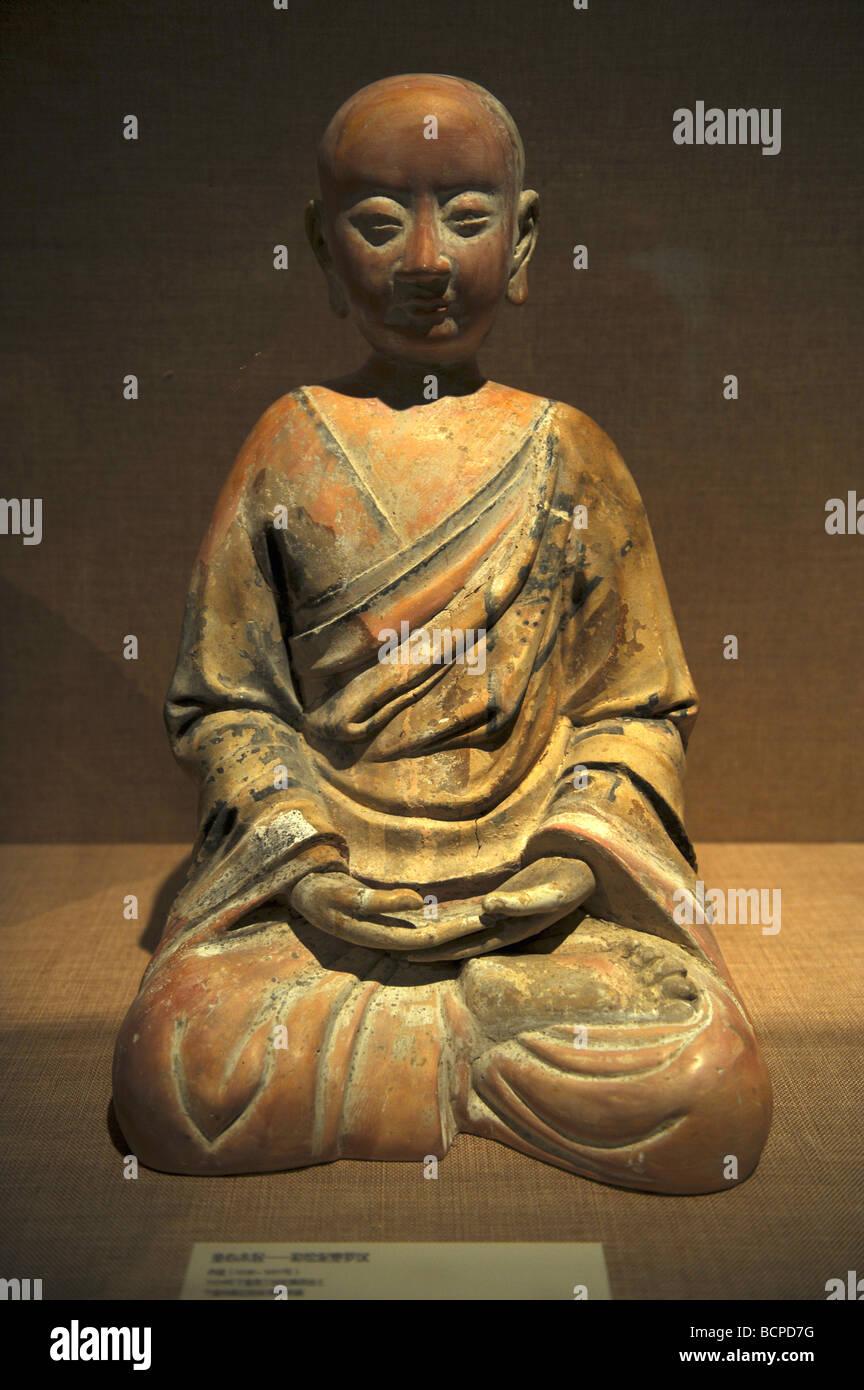 Arcilla coloreada escultura de un arjat desde el oeste de la dinastía Xia, Museo de la capital, Pekín, China Foto de stock