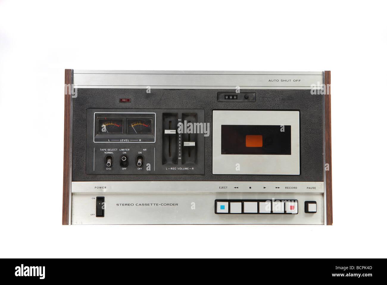 Dispositivo de grabación de cintas cassette Vintage aislado sobre fondo blanco. Imagen De Stock