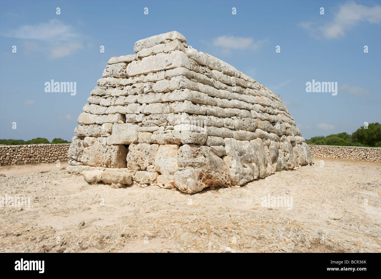 Cámara funeraria de la edad de bronce prehistórica Naveta des Tudons en la isla balear de Menorca Foto de stock
