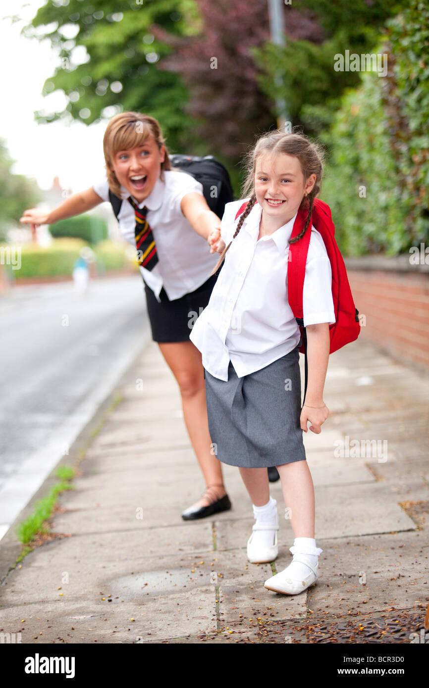 Las niñas ir caminando a la escuela Imagen De Stock