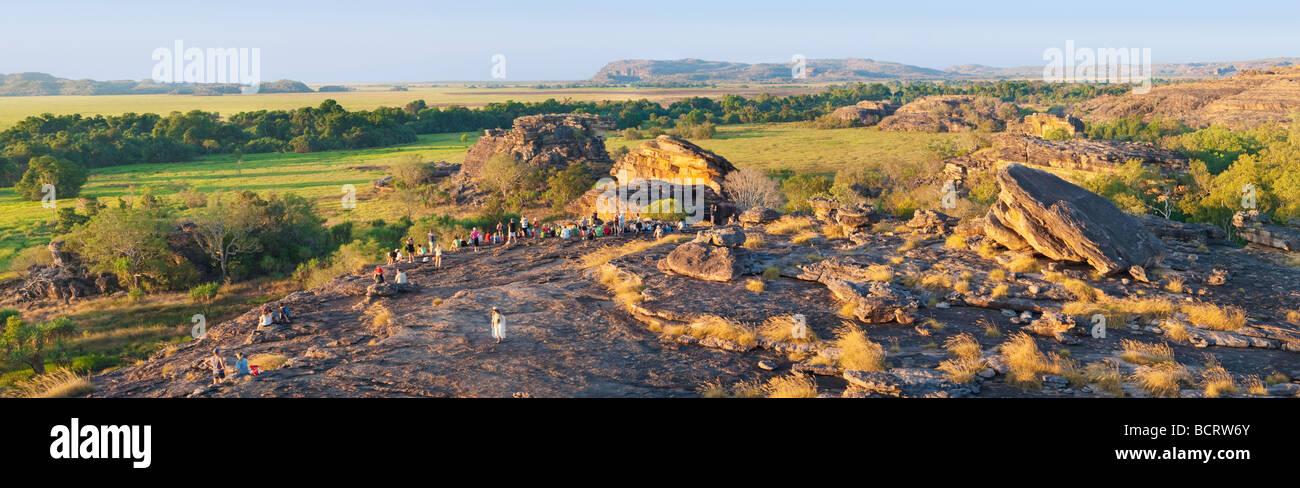 Los turistas se reúnen en la Roca Ubirr para ver el atardecer. Parque Nacional de Kakadu Imagen De Stock