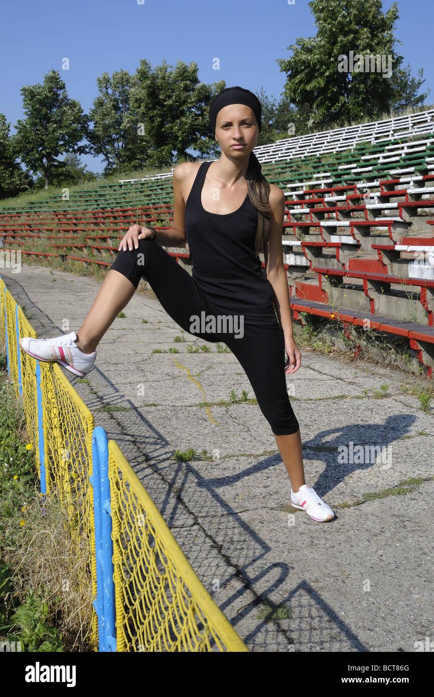 1db2cca5e Chica haciendo ejercicios de estiramiento para las piernas y las caderas  con el apoyo - variación para estirar el interior de la parte superior de  las ...