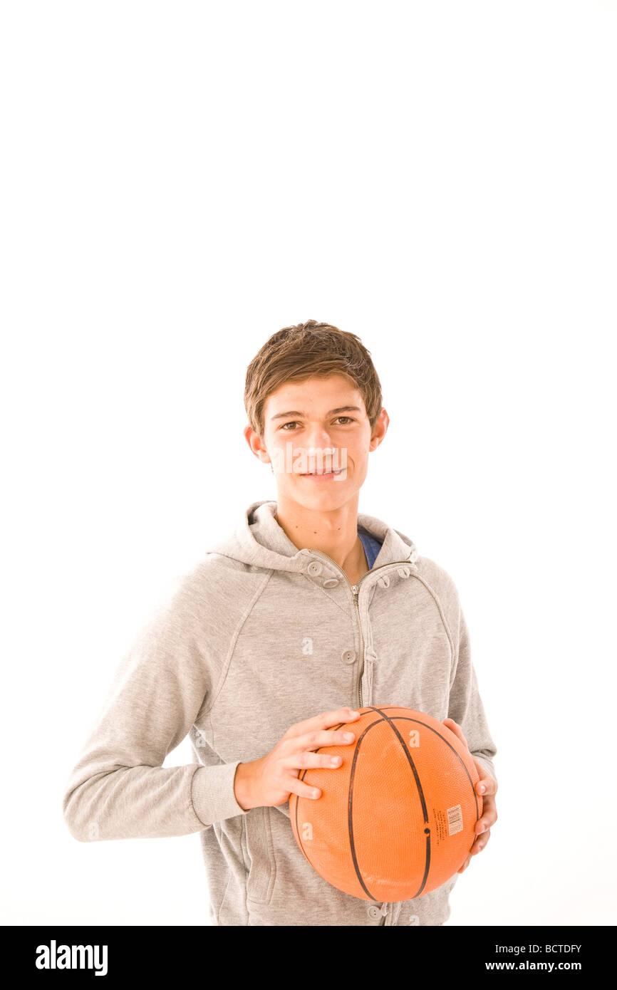 Retrato de un niño con una pelota de baloncesto Imagen De Stock