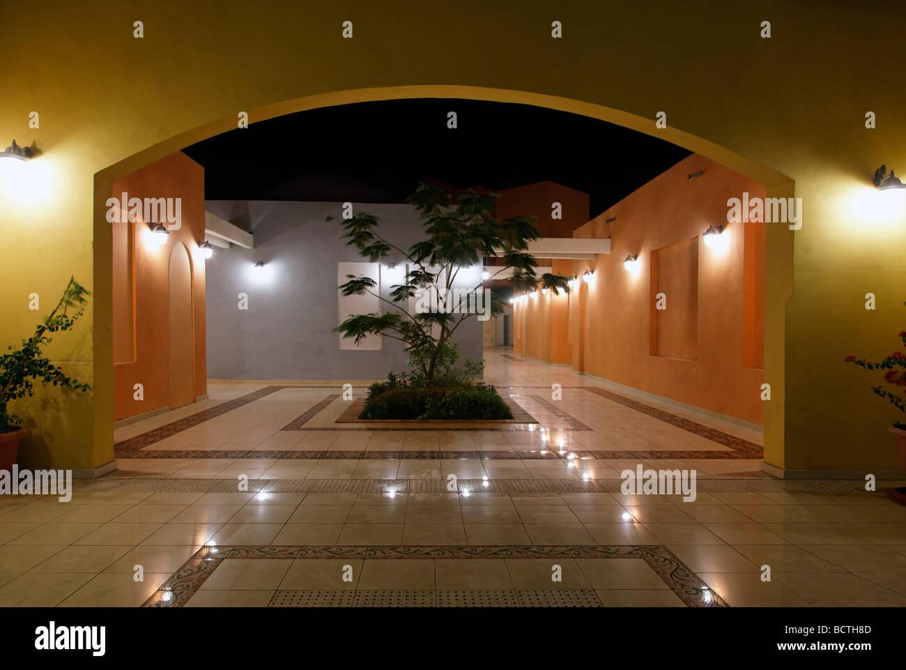 Patio interior, iluminado, noche, mercado tradicional, souk, Hurghada, Egipto, Mar Rojo, África Imagen De Stock