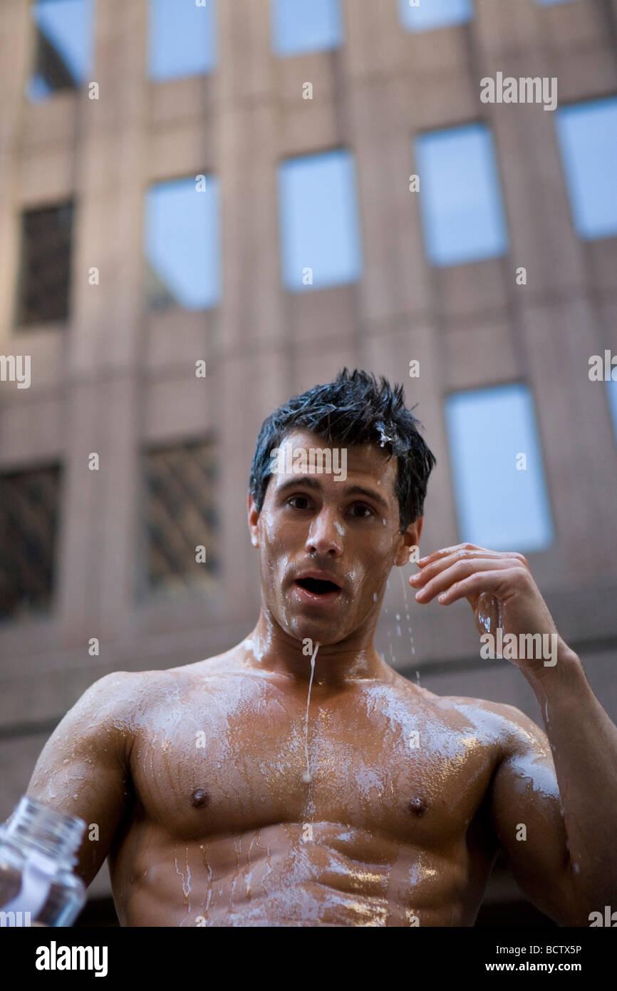 Retrato de un hombre joven con agua goteando desde su cara Imagen De Stock