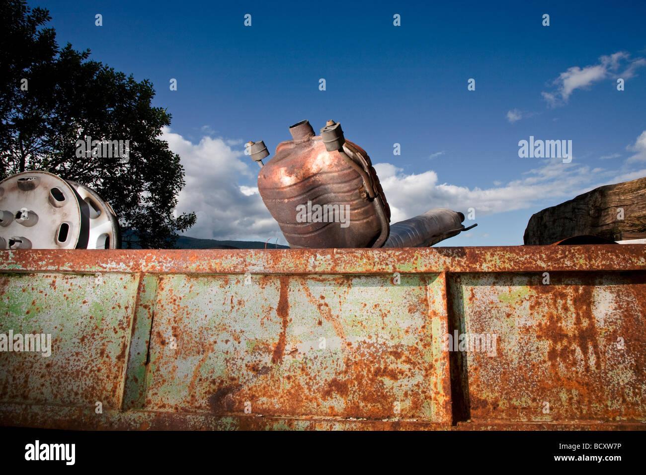 Cisterna corroídas en un campo Foto de stock