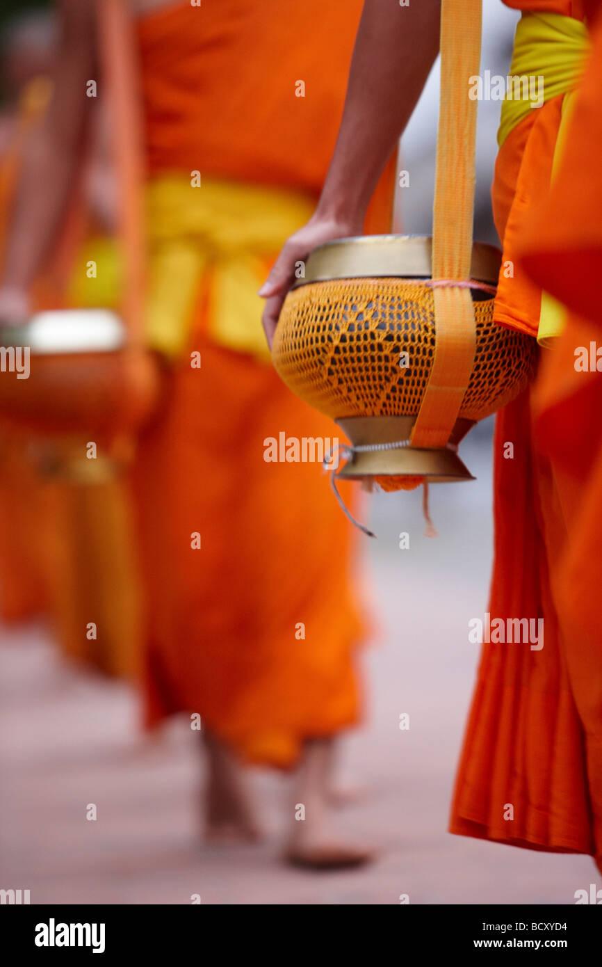 La procesión de los monjes al amanecer a través de la ciudad para recolectar donaciones de alimentos, Imagen De Stock
