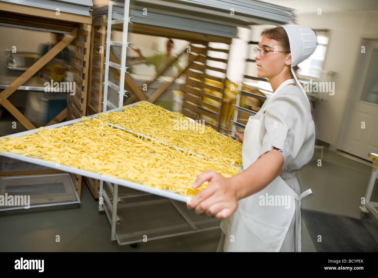 Las mujeres Amish haciendo Egg Noodles en Middlebury Indiana Imagen De Stock c665a4dea92