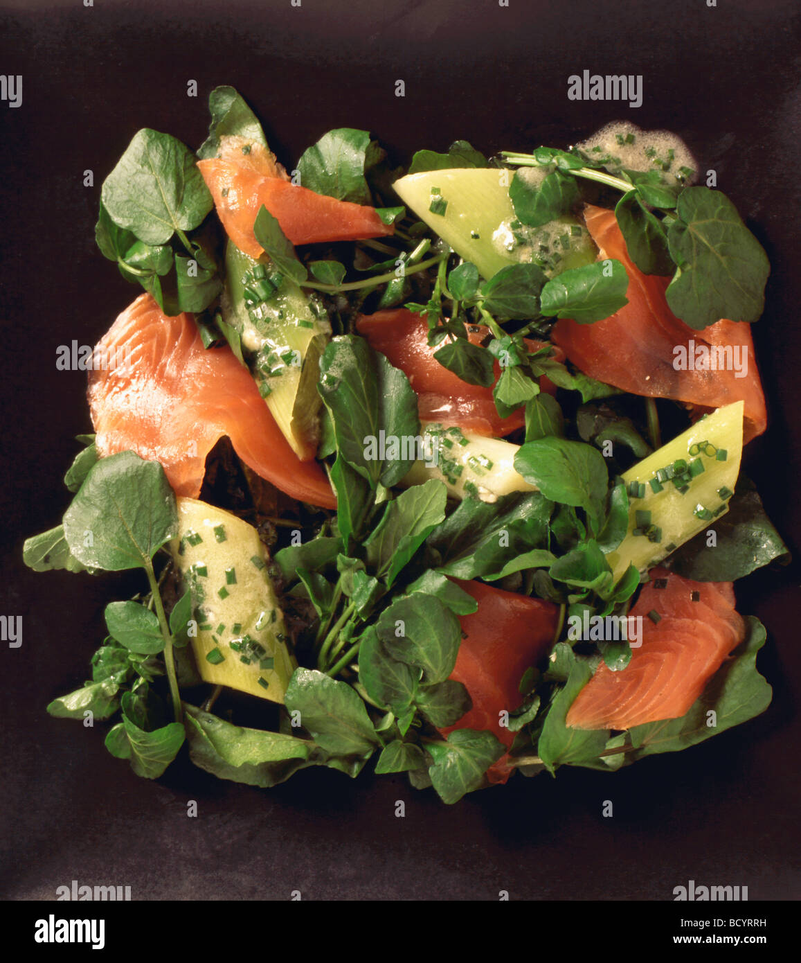 - Comida de berros y ensalada de salmón Imagen De Stock