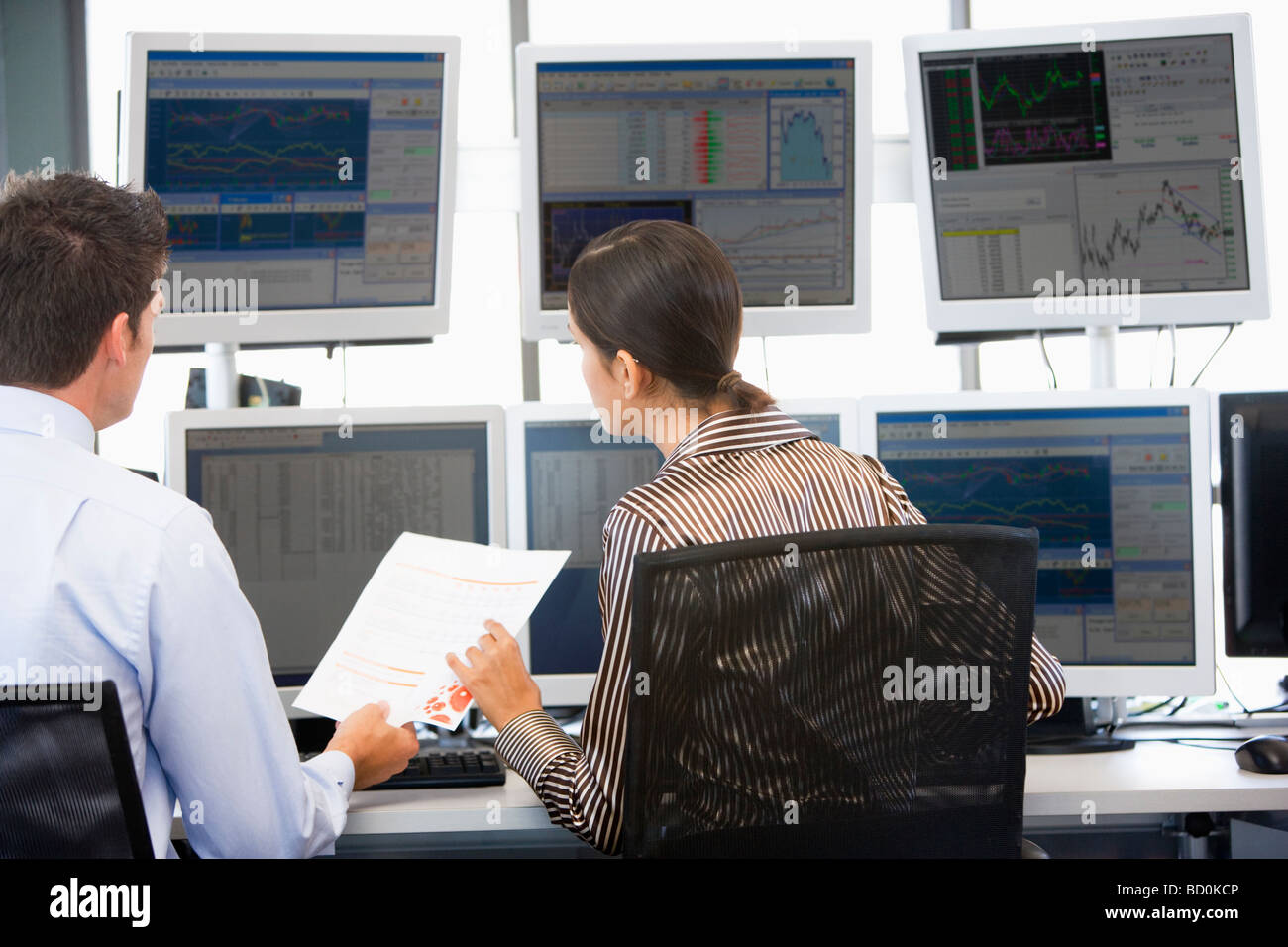 Stock Traders Visualización de monitores Imagen De Stock