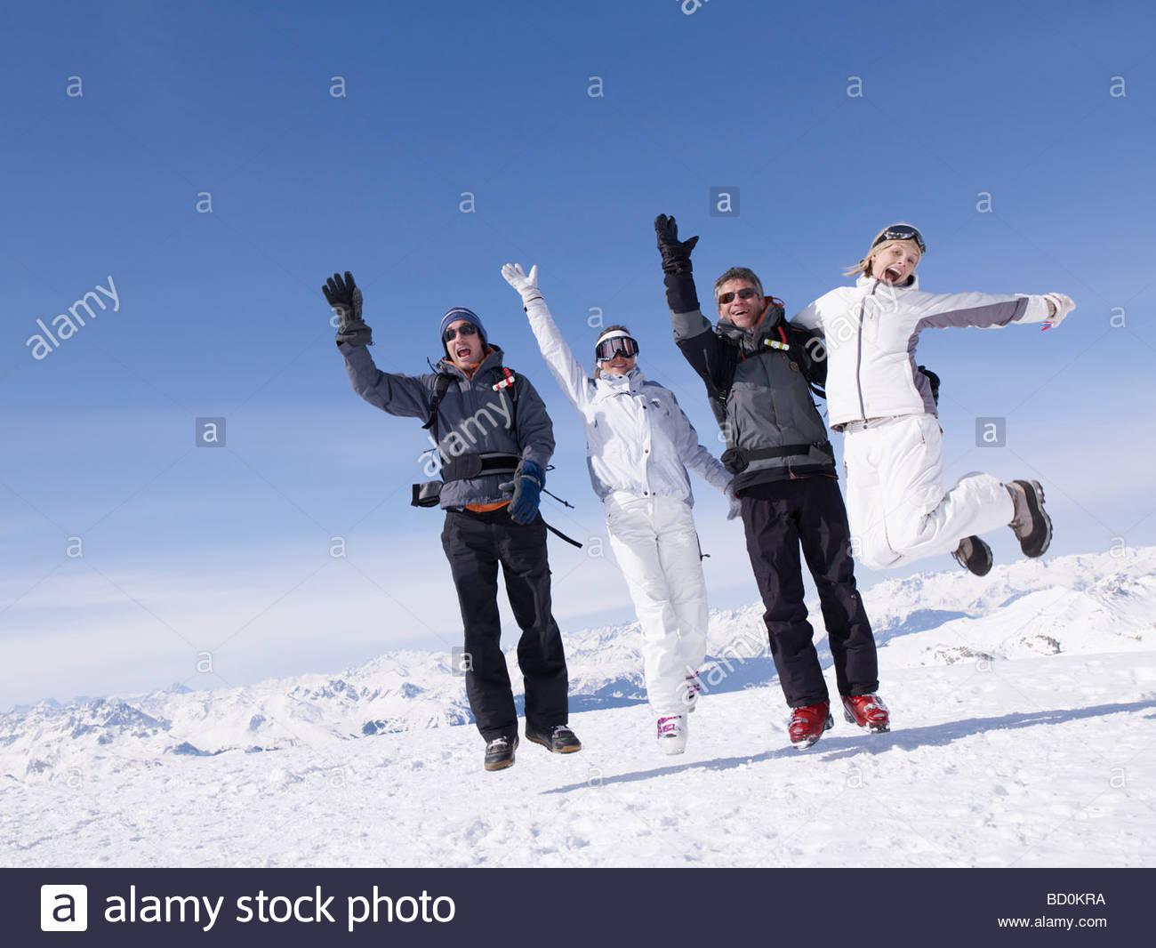 Cuatro personas saltando Foto de stock