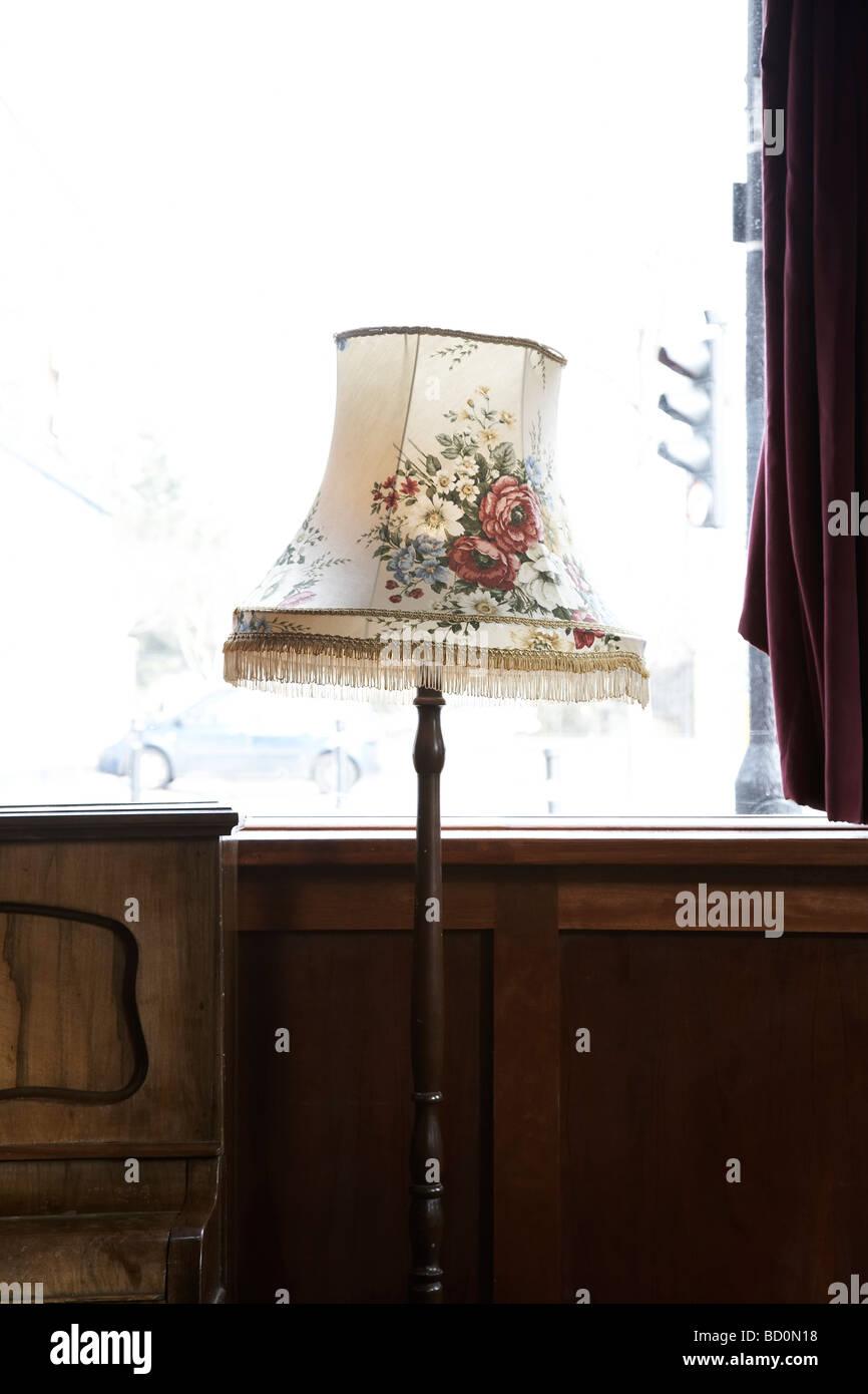 Tulipa permanente florido, por una ventana y piano en un Pub del East End Imagen De Stock