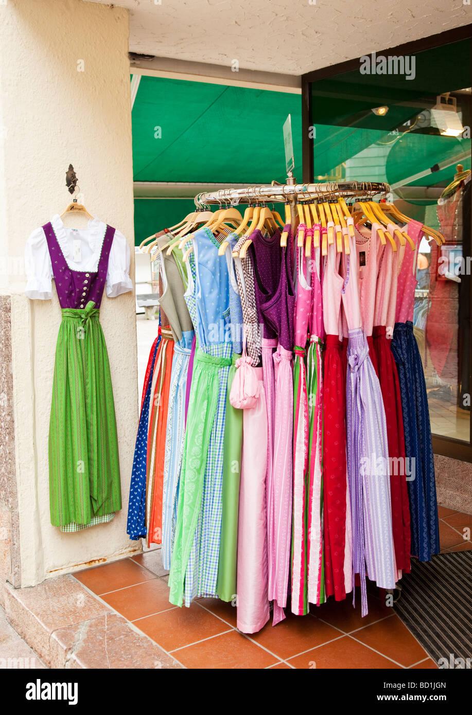 Típicamente femeninos vestidos de traje nacional en la pantalla fuera de una tienda de vestidos tradicionales Imagen De Stock