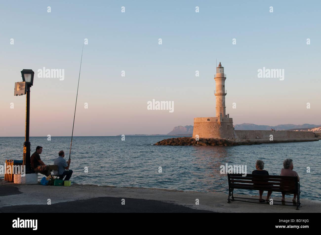 Pesca deportiva en el puerto veneciano al atardecer. Chania, Creta, Grecia Imagen De Stock