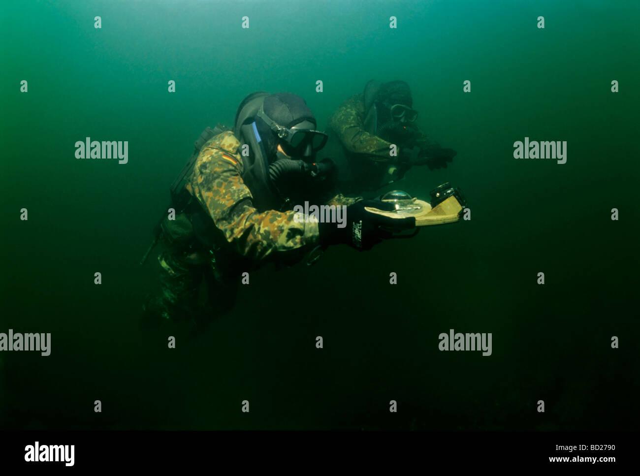 Soldados de las fuerzas especiales alemanas Kampfschwimmerkompanie entrenamiento de buceo de la brújula. Eckernfoerde, Foto de stock
