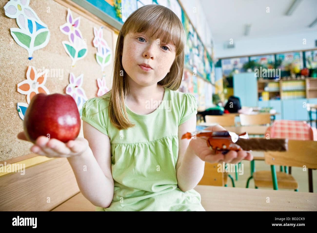 Chica comer el almuerzo en la escuela Imagen De Stock