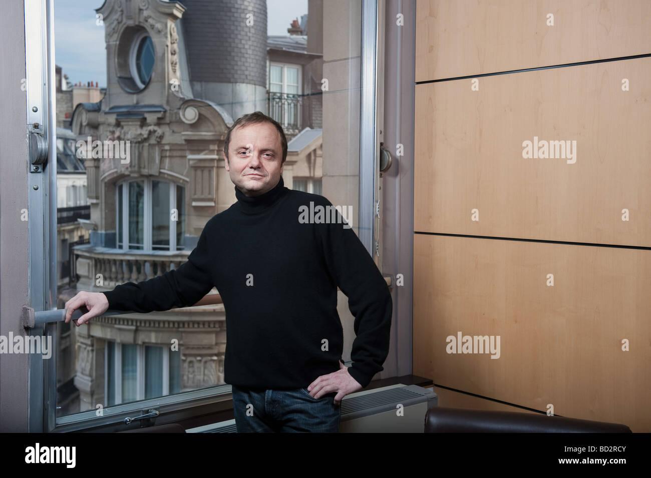 Hombre de 50 años en la ventana, París Imagen De Stock