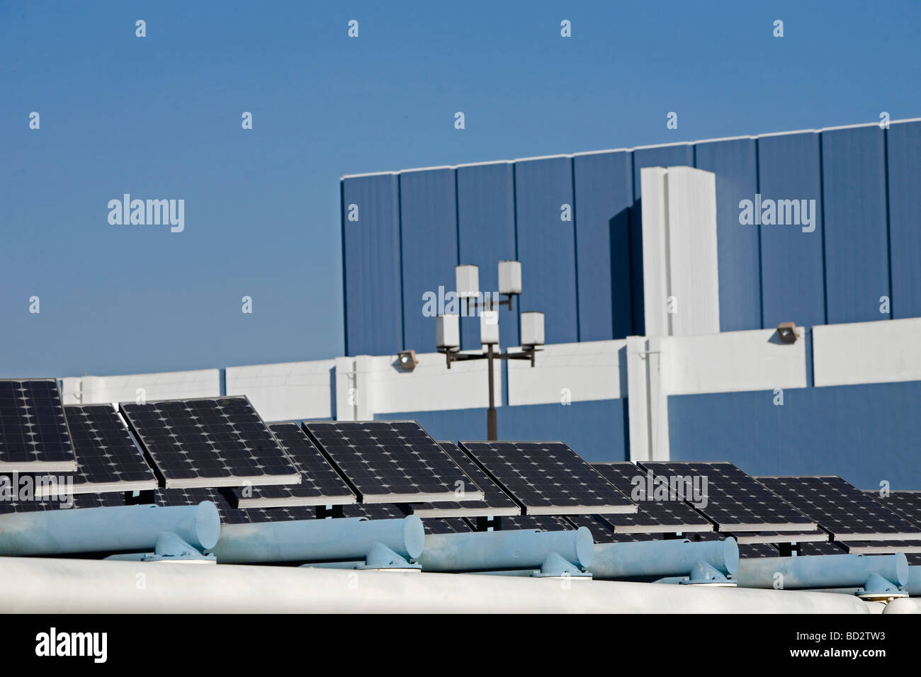 Paneles solares en el paisaje urbano Foto de stock