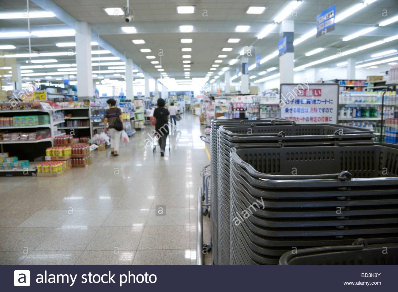 Tienda japonesa con muchas de las cestas de la compra en la entrada Imagen De Stock