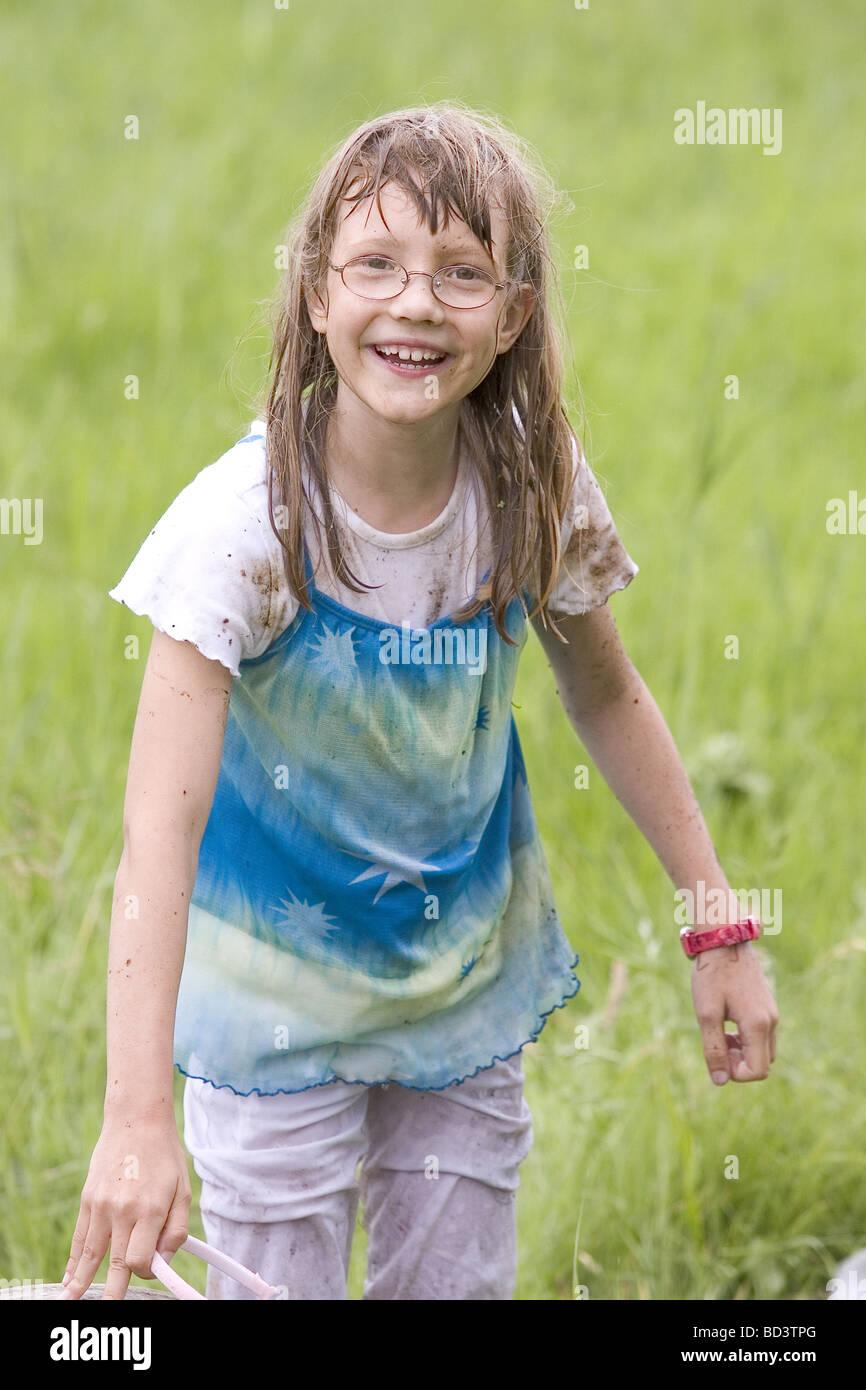 eb796f84d Joven mostrando la ropa mojada y el agua brotaba de ella tras un desliz  accidental