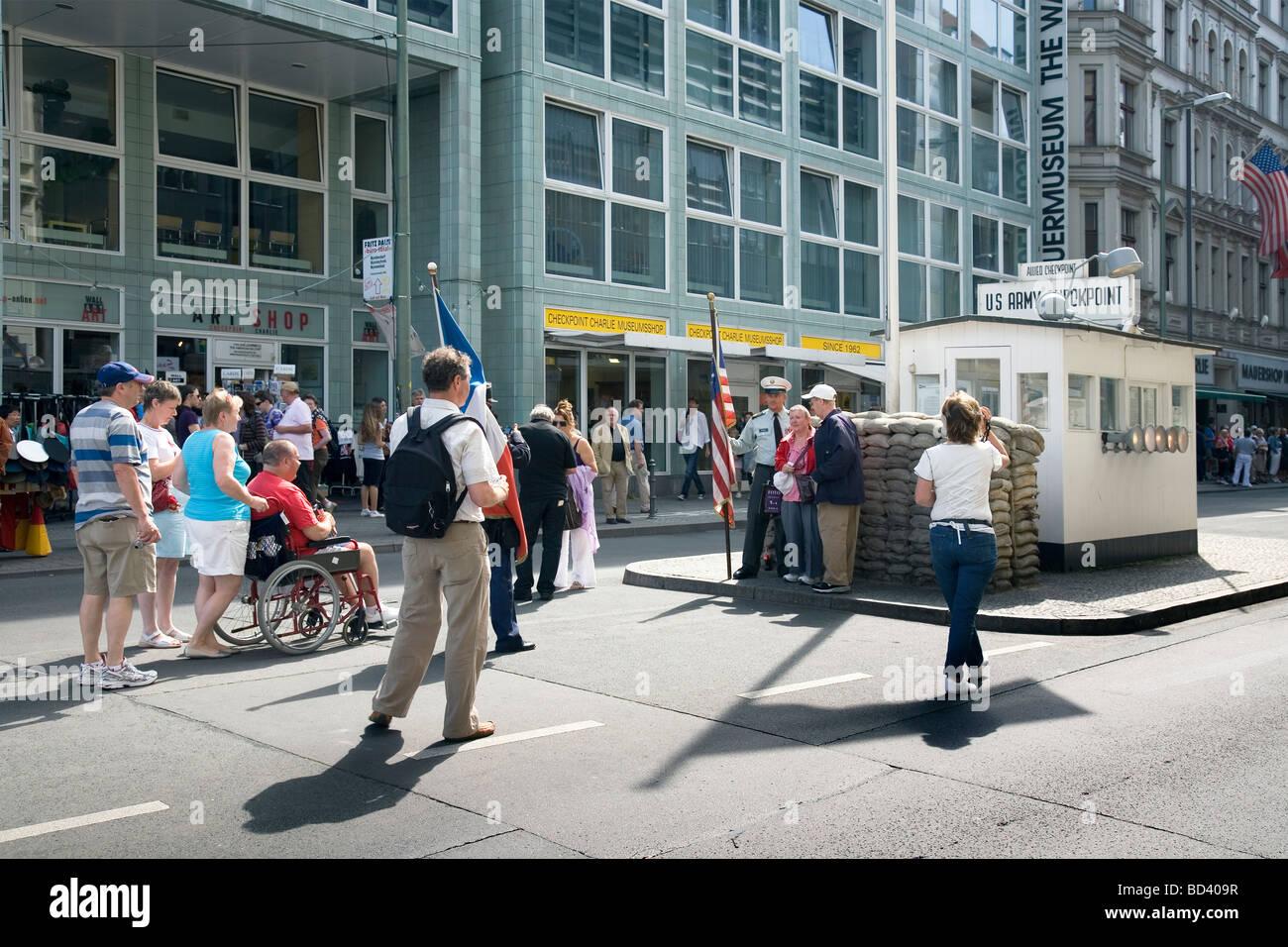 Los turistas en el Checkpoint Charlie, Berlín, Alemania Imagen De Stock
