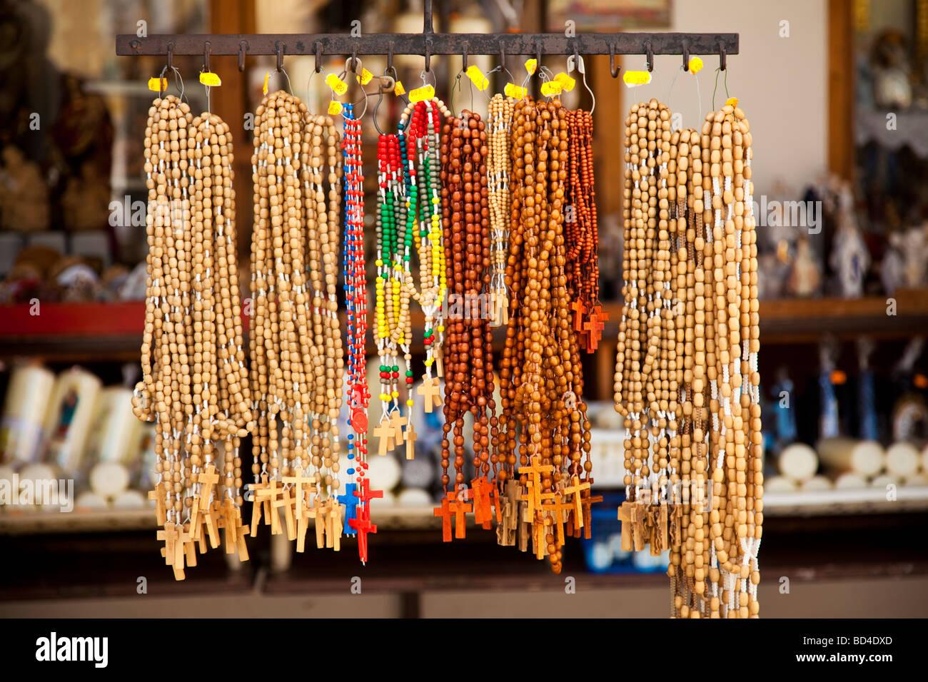 Rosario en una tienda de regalos en Altötting Baviera Alemania Europa Imagen De Stock