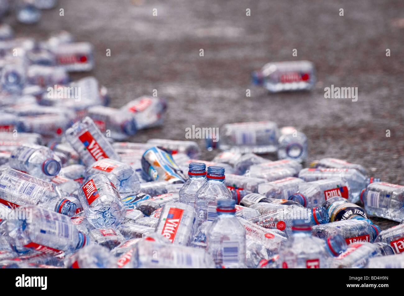 Las botellas de agua mineral desechados después de la Maratón de Londres Imagen De Stock
