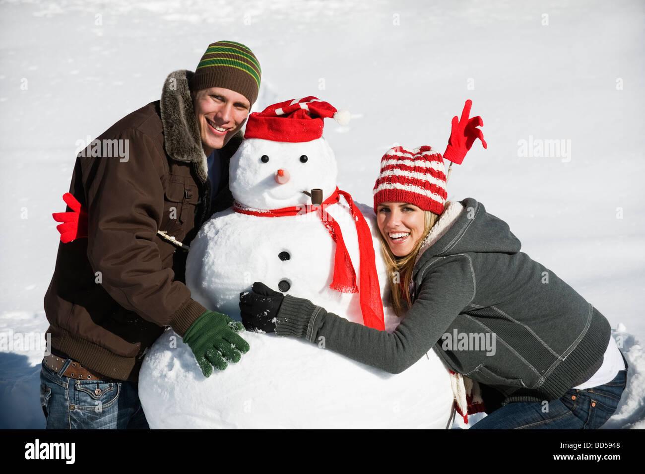Una Pareja Haciendo Un Muñeco De Nieve Fotografía De Stock Alamy